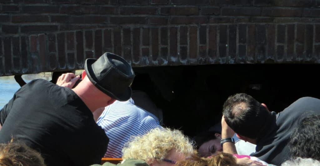 Kopf einziehen an den flachen Brücken in Alkmaar