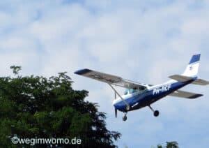 Sportflugzeug über dem Stellplatz Speyer