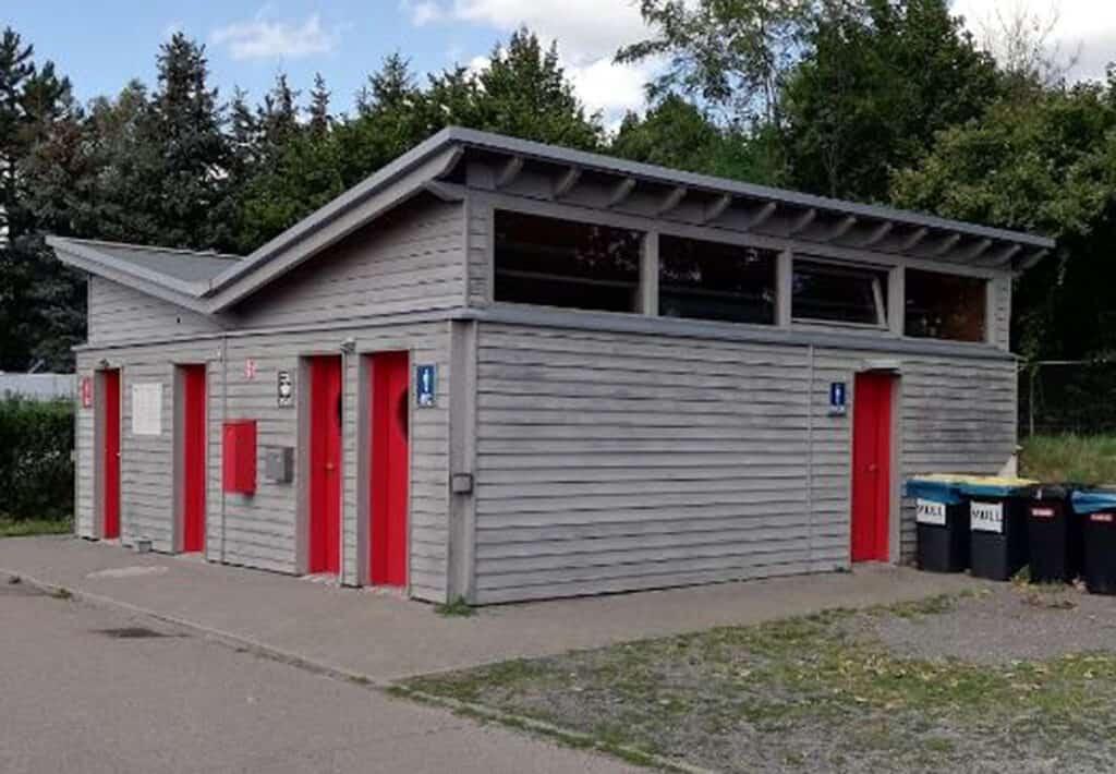 Service-Gebäude beim Stellplatz in Speyer